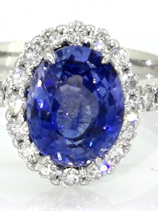 Diamond ring with a 1.75 ct sapphire & 30 diamonds, 0.65 ct in total