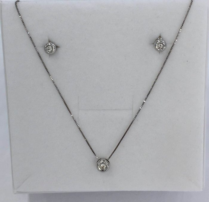 Set with necklace (40 cm) and stud earrings in 18 kt white gold