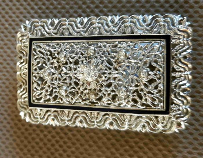White gold, filigree woman's brooch enamelled with brilliant and huit huit cut diamonds.