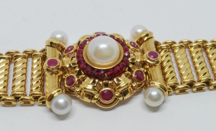 Semi-rigid vintage bracelet in yellow gold of 18 kt with rosette of rubies and cultured pearls - Length 18 cm