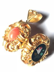 Pendant in 18 kt yellow gold with Italian coral and stone inlay Dimensions: 4.75 x 2.80 x 1.70 cm  Total weight: 17.00 g