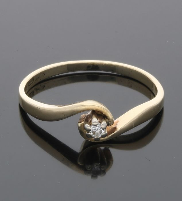 14 kt - Yellow gold ring set with 1 brilliant cut diamond of approx. 0.03 ct in total - Ring size: 18 mm