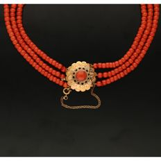 14 kt - Three-strand precious coral necklace equipped with a 14 kt yellow gold rosette clasp set with a precious coral - Length: 43 cm - NO RESERVE