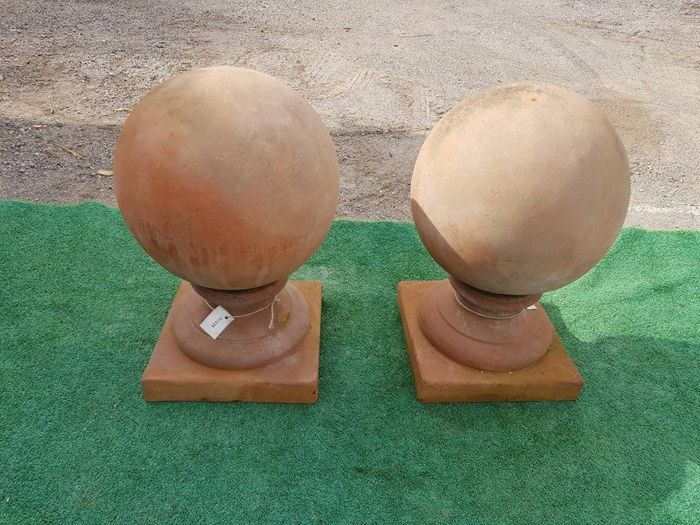 Old pair of capitals to decorate columns, with Florentine terracotta spheres, hand worked - Italy - period: 1960