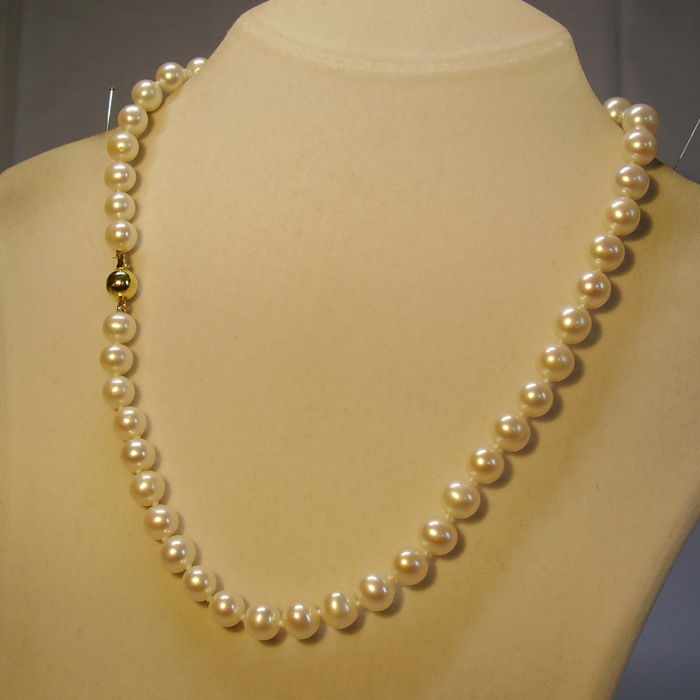 Elegant white cultured pearl necklace, pearl choker with 14 karat gold clasp 185 ct.