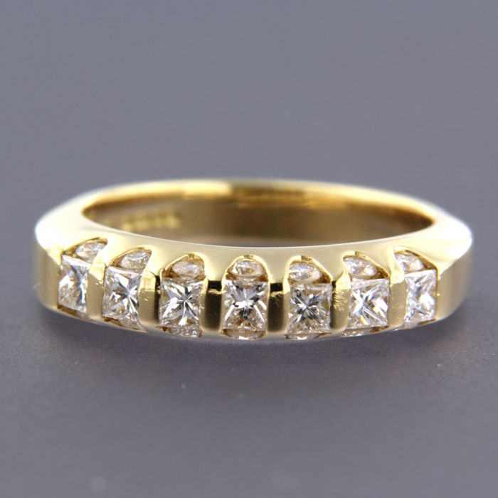 18 kt yellow gold ring set with 7 princess and 14 brilliant cut diamonds, approximately 1.20 ct in total