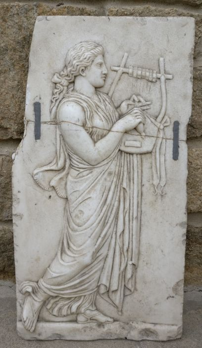 Bas-relief depicting a Greek Muse - 71 x 38 cm - Greek Marble Thassos - First half 20th century