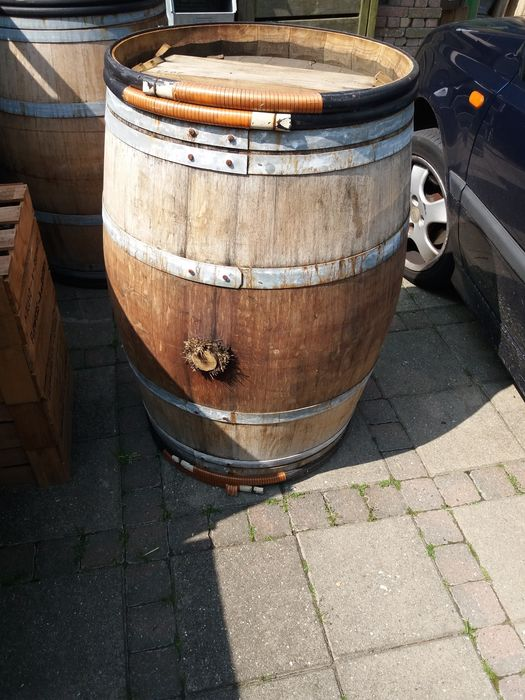 Wooden wine barrel, 96cm high and 65cm wide