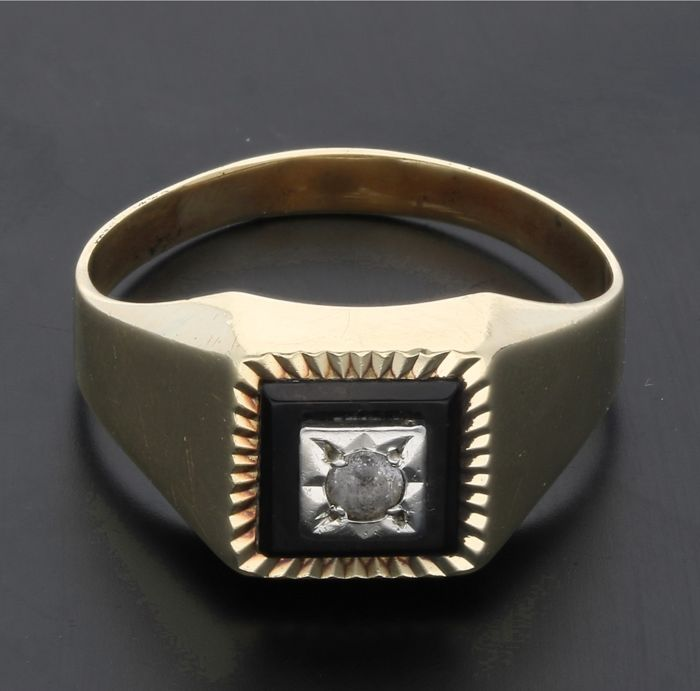 14 kt - Yellow gold signet ring set with onyx and white sapphire - Ring size: 18.25 mm