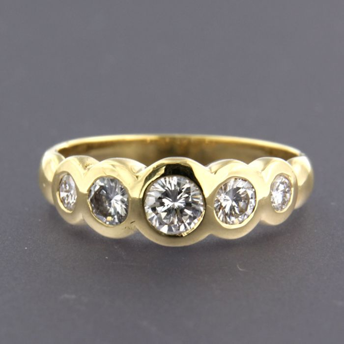 18 kt yellow gold ring set with 5 brilliant cut diamonds of approx. 0.75 ct in total - size 18.25