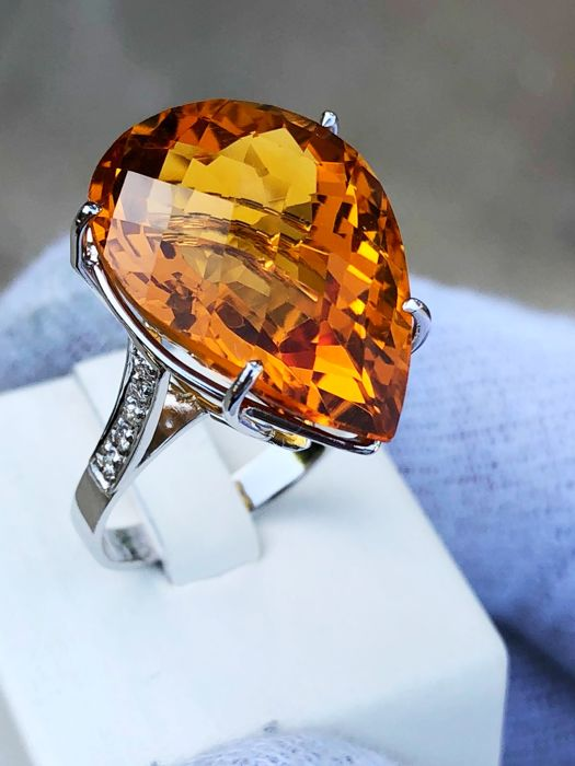 Ring in 18 kt white gold with intense honey-coloured citrine weighing 22.8 ct and 0.30 ct of diamonds ***No reserve***