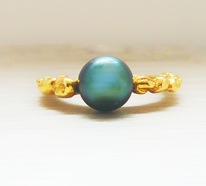 Cocktail ring in gold with round Tahiti pearl of 8 mm in diameter