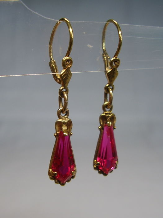 Golden Art Deco earrings with pentagonally faceted Verneuil rubies weighing 3 ct in total