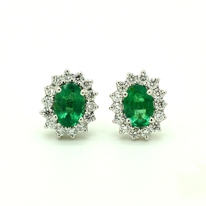 18 kt gold earrings with emeralds and brilliant cut diamonds totalling 1.70 ct