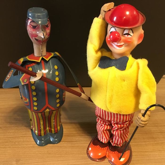 2 collector figures 1. Beautiful old wind-up clown / TN - made in Japan and an original wind-up PAYA broom man made in Spain / Tin toys