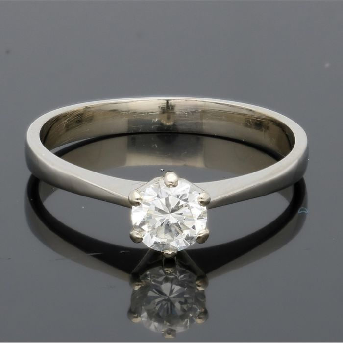 18 kt - White gold solitaire ring, set with a brilliant cut diamond of approx. 0.50 ct - Ring size: 18 mm