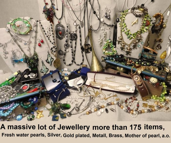A massive lot of Jewellery with more than 175 items and collectibles.