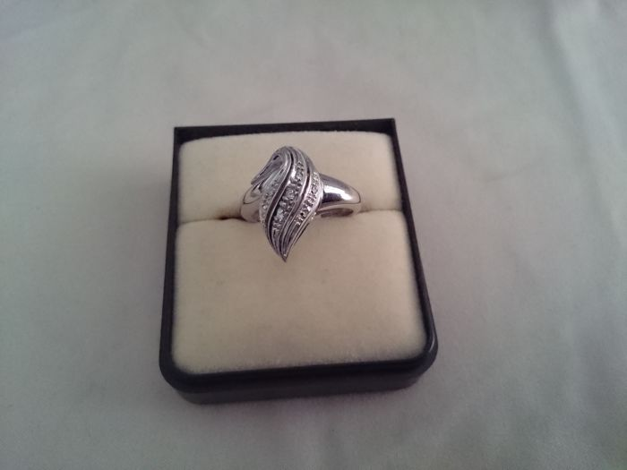 18 kt white gold ring, with 7 diamonds of 0.01 ct, size IT 16