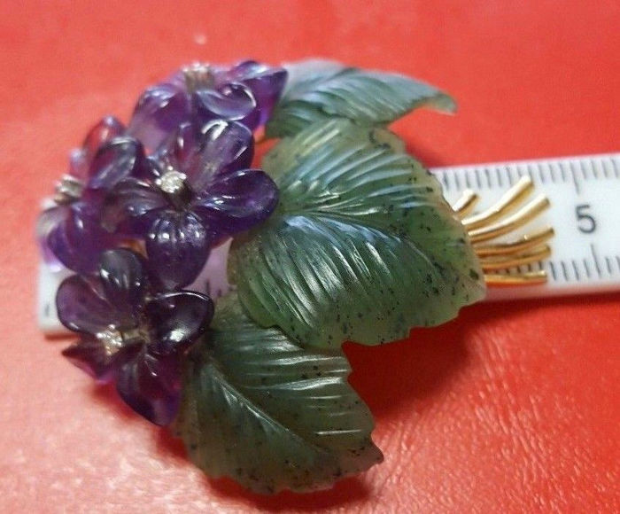 """Brooch pendant """"bouquet of flower"""" of amethyst flowers with jade leaves with 4 diamonds approx. 0.10 ct made of 750 gold / 18 kt, approx. 18.30 g Vienna"""