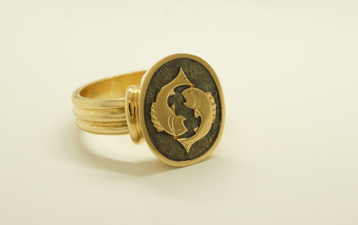 Luxurious new 18 kt rose gold signet ring with darkened fish engraving