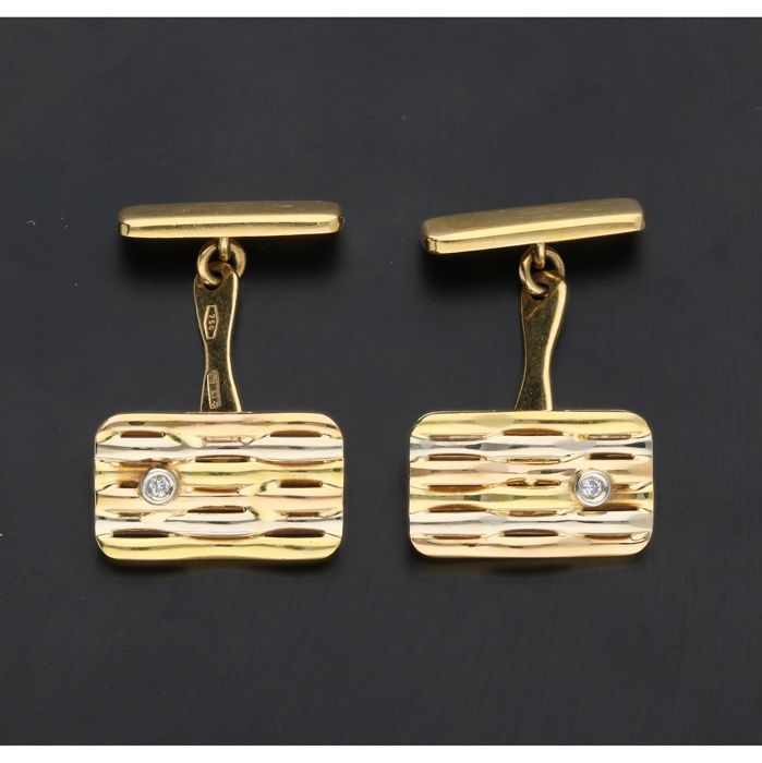 18k  - Tricolour cufflinks set with 2 brilliant cut diamonds of approx. 0.02 ct in total - Length x width: 2.3 x 1.7 cm