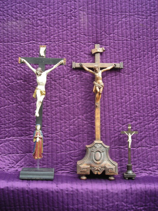 3 wooden crosses with hand-carved Corpora in wood / bone - 19th century