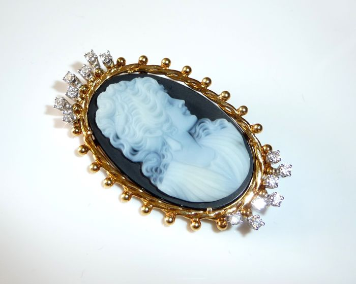 Big cameo brooch in 18 kt / 750 gold with 0.42 ct diamonds G/VVS + finest layer agate length 47 mm - like new