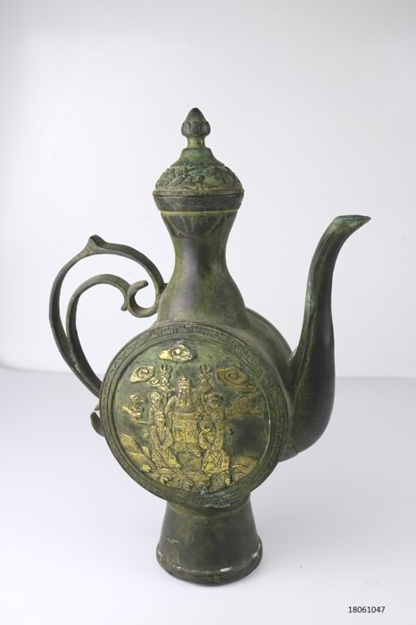Large flagon - bronze - China - 21st century