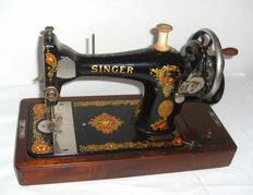 Singer sewing machine 128 K with dust cover and original key, 1923
