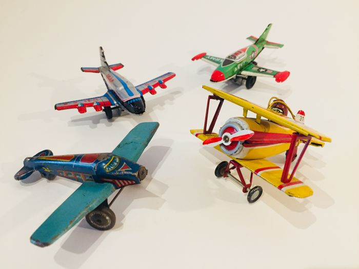 4 tin planes - 9/10 cm - 1 Siro Ferrari (Italy), 1 ZZ (Germany), 2 Japan, 1950s/60s