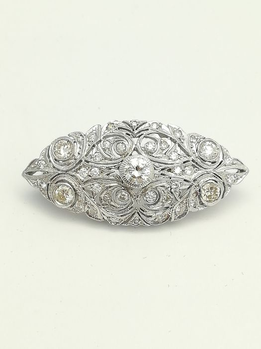 Brooch in white gold of 18 kt with a total of 39 brilliant cut diamonds of 1.30 ct in total