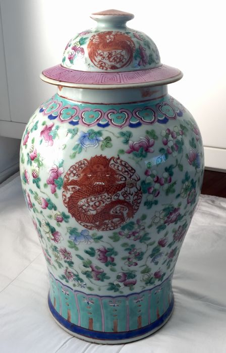 Famille Rose -  Decorated ceramic vase with lid - China - circa 1900