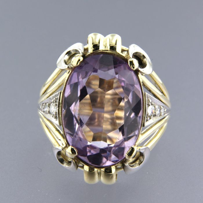 14 kt bicolour gold ring, set with an oval cut amethyst in the centre and 6 single cut diamonds, approx. 0.20 carat in total, ring size 17.5 (55)