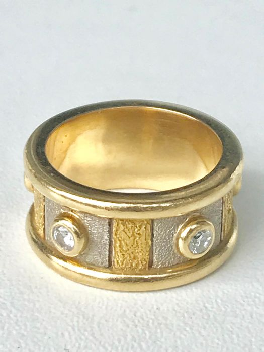 Two-tone ring, 18 kt gold and diamonds