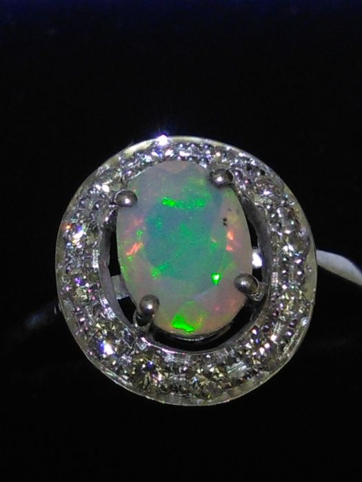 18 kt gold Cocktail ring with opal and natural diamonds **No reserve price**