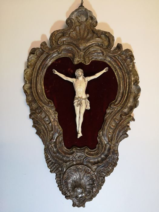 Christ in ivory on wooden frame - red velvet background - early 19th century