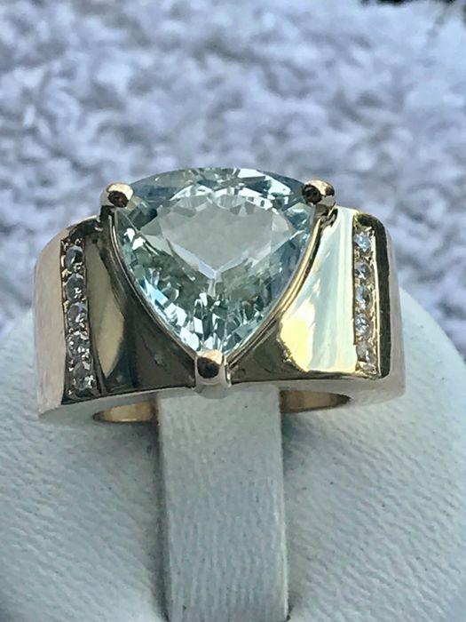 18 kt Yellow Gold ring set with topaz and diamonds