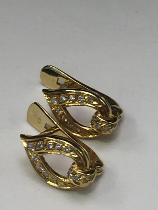 Diamond earrings in 19.2 kt gold.