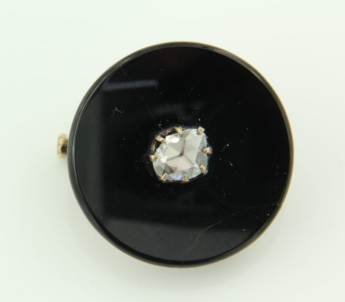 14 kt rose gold brooch with onyx and a rose cut diamond of approx. 0.57 ct set on silver