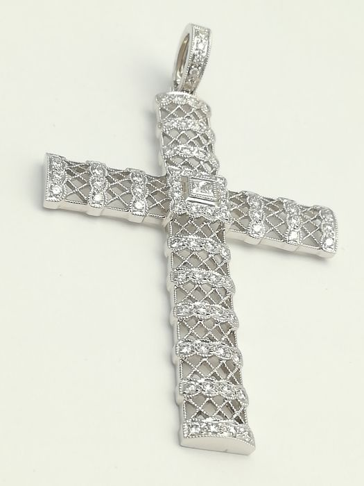 Religious cross in 18 kt white gold with 79 diamonds: one in princess cut and the rest in brilliant cut. Total diamond weight: 1.67 ct