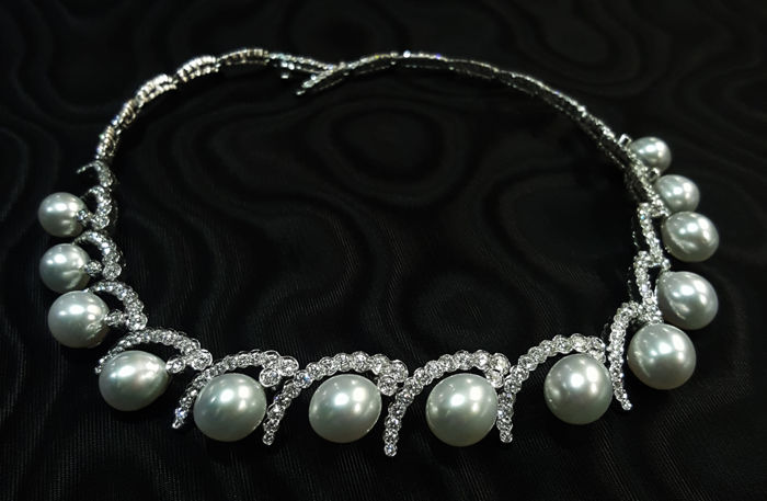 Exceptional necklace in pearls and diamonds, 10.35 ct