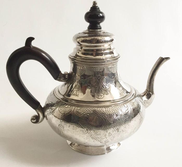 Silver teapot, Collection Wttewaall van Stoetwegen, Albert Gaillard, Haarlem, 1743