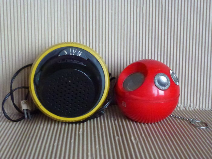 "Two vintage collectible and ornamental radios - green Radio Ball Space ""Lesa"" and Radio National Panasonic model ""R70"" Panapet red - 1970s - Italy and Japan"