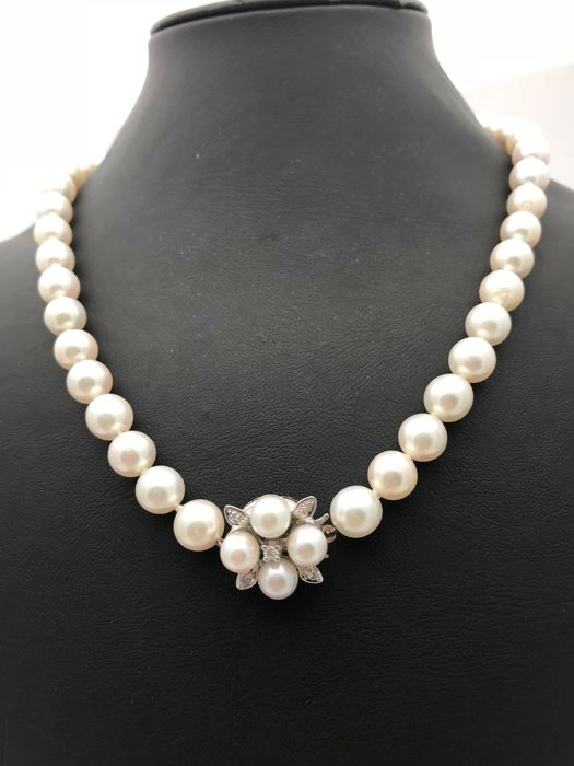 Single row Akoya pearl necklace short necklace approx. 7.3 mm with 14 kt / 585 white gold clasp with 4 pearls and 5 diamonds shaped as a flower