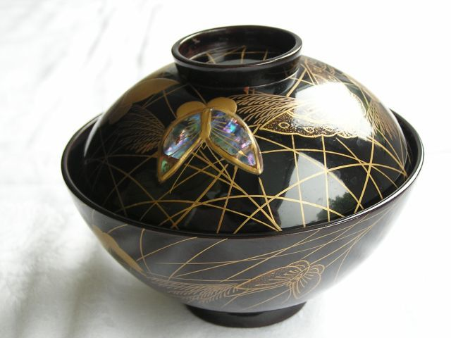 Lacquer and mother-of-pearl chawan (lidded bowl) with butterflies - Japan - 1868-1912 (Meiji period)