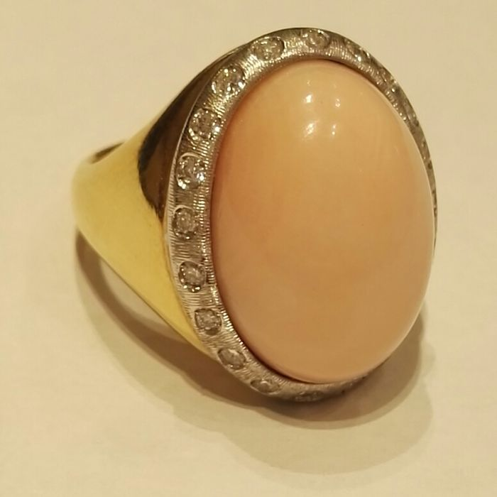 18 kt (750/1000) gold ring with pink coral oval centre surrounded by brilliant cut diamonds, colour H, clarity VS