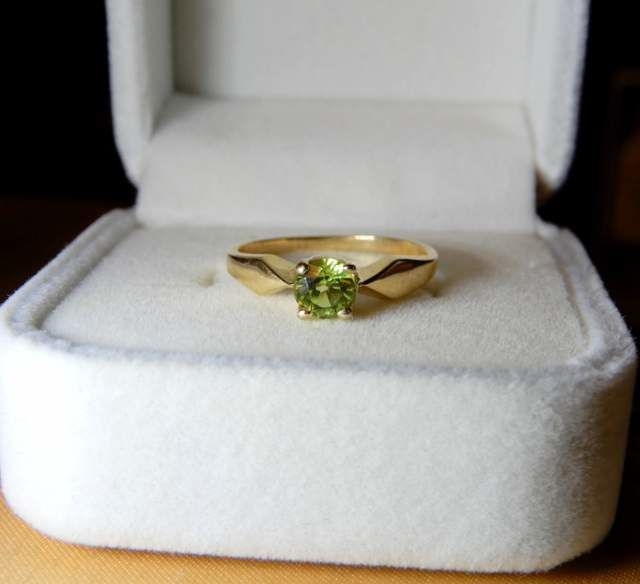 14 kt yellow gold ring with a peridot of 0.50 ct -