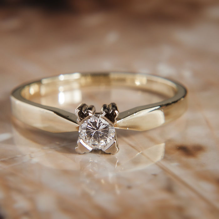 14K Solitaire Engagement / Entourage Ring Diamond in brilliant cut of c. 0,2 Ct  RS 54 : 17,3 mm∅