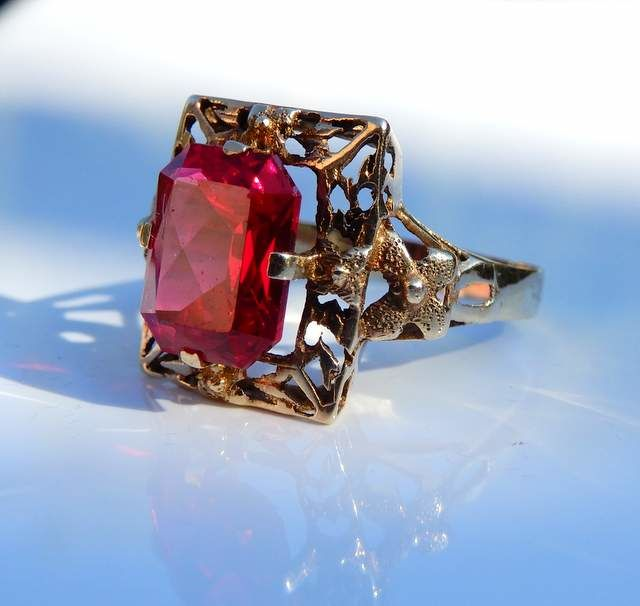 Ring with verneuil ruby of 3 ct and tooled mount in 14 kt yellow gold