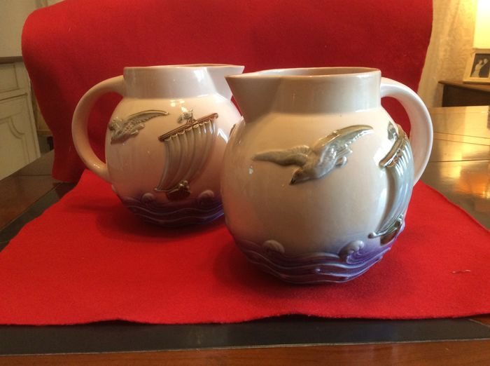 Sarreguemines - Pair of barbotine pitchers - sailboat & seagull
